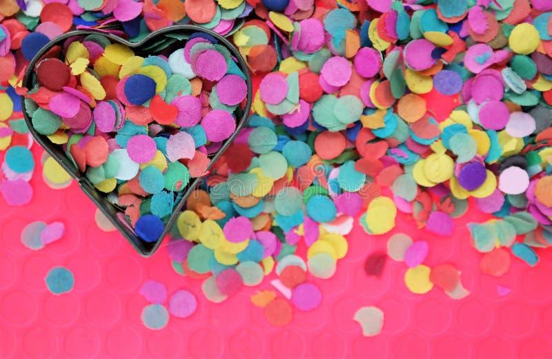 Carnaval pojęcie z kolorowymi confetti i kierowym kształtem fotografia royalty free