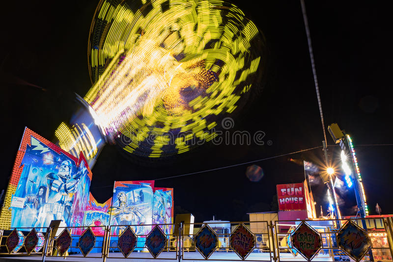 Carnaval-rit hoog in de lucht bij nacht stock foto