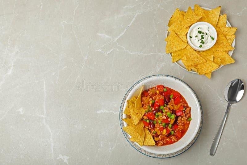 Carne жулика Chili, который служат с обломоками соуса и tortilla на серой таблице, взгляде сверху стоковые изображения rf