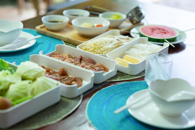 Carne adobada del pollo en una bandeja pl?stica blanca en un sistema japon?s del shabu-shabu imagen de archivo libre de regalías