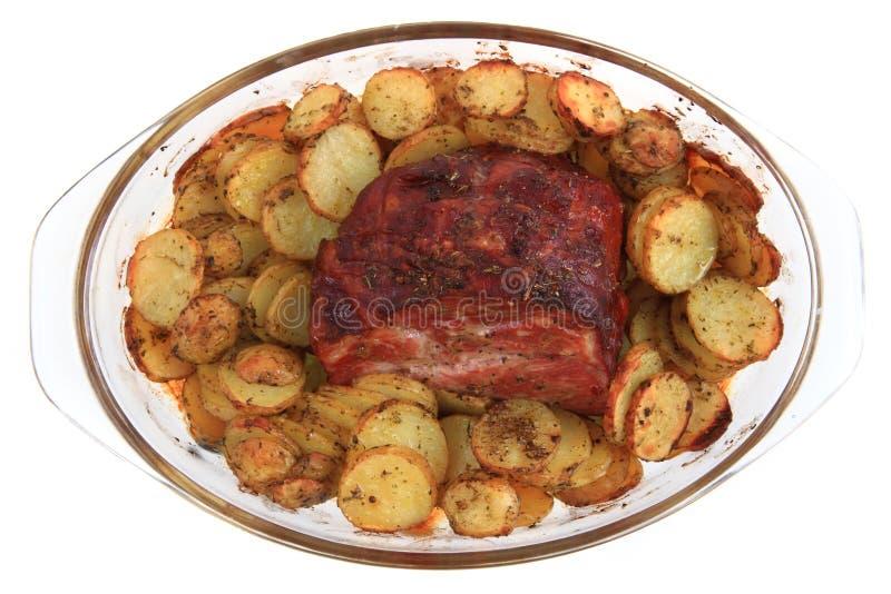 Carne ahumada y asada a la parrilla con la rebanada de las patatas imagen de archivo libre de regalías