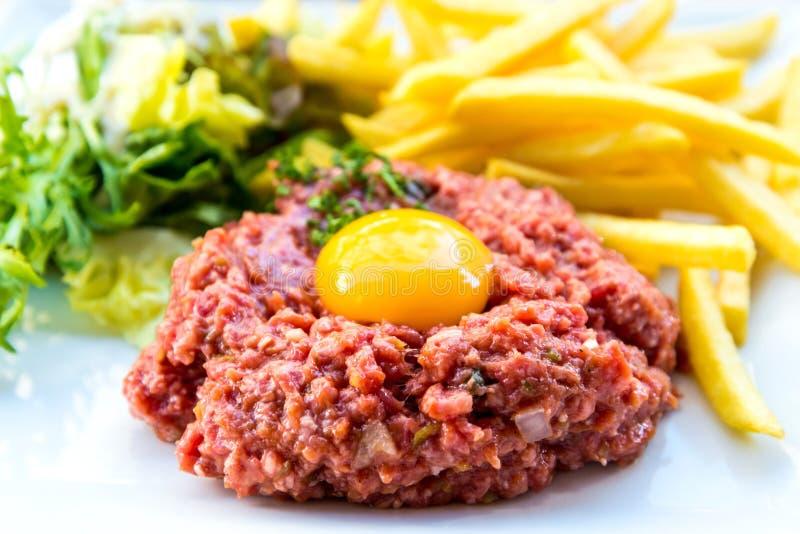 Carne alla tartara saporita (manzo crudo) immagini stock