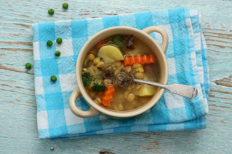Carne amarilla de la sopa de guisantes, de la patata y de guisado foto de archivo libre de regalías