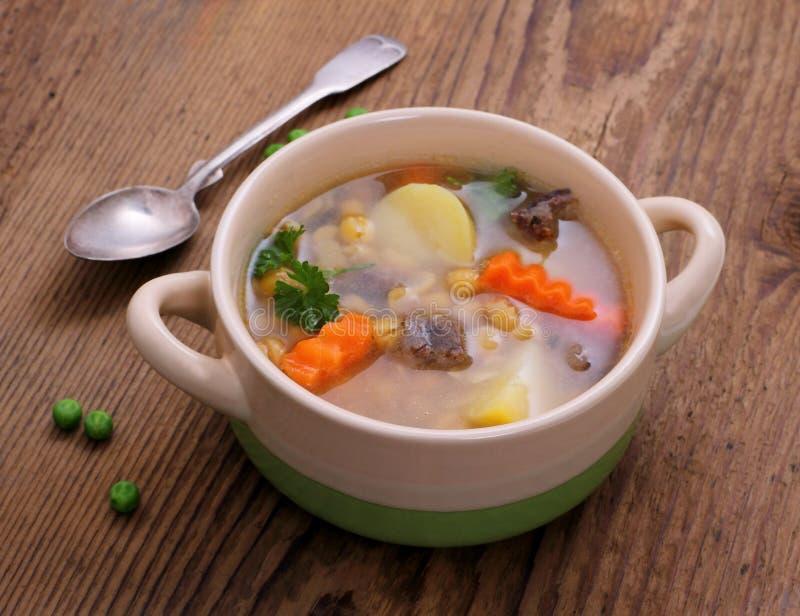 Carne amarilla de la sopa de guisantes, de la patata y de guisado fotos de archivo
