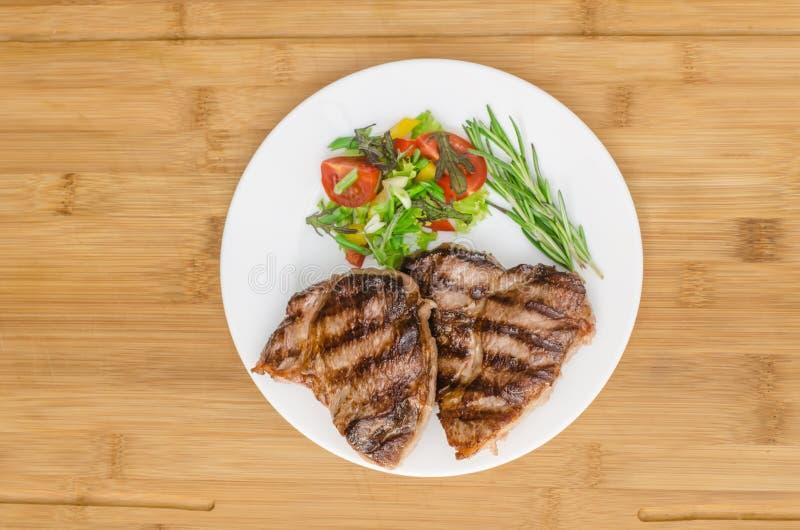 Carne arrostita al piatto bianco fotografia stock libera da diritti