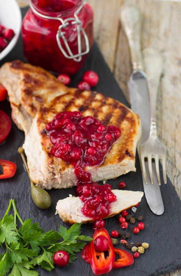 Carne arrostita con la salsa di mirtillo rosso immagini stock