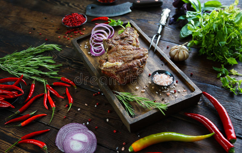 Carne arrostita con le cipolle, l'aglio, le spezie, le erbe fresche, il peperone ed il sale fotografie stock libere da diritti