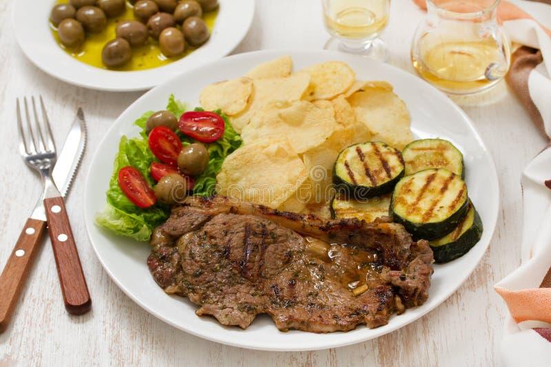Carne arrostita con le patatine fritte, verdure fotografie stock