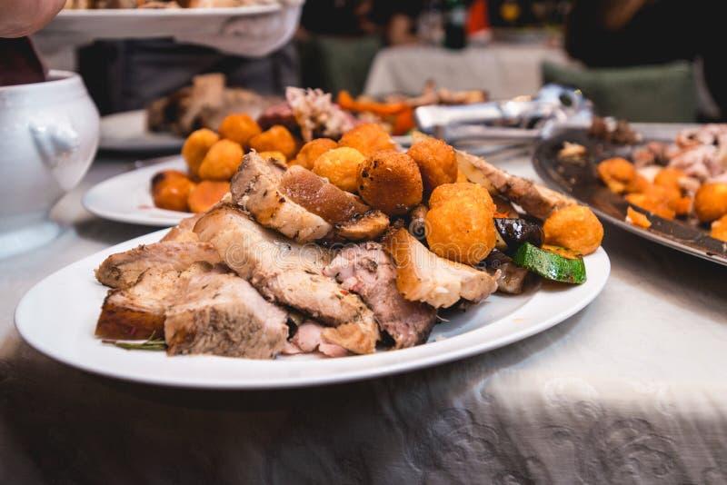 Carne arrostita con le verdure su una zolla immagini stock