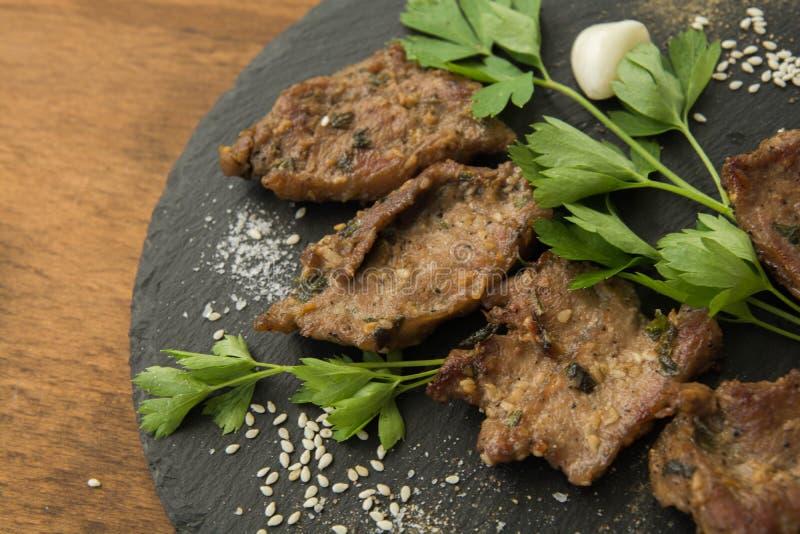 Carne arrostita coreana, bulgogi, primo piano delle fette della carne del barbecue immagini stock libere da diritti