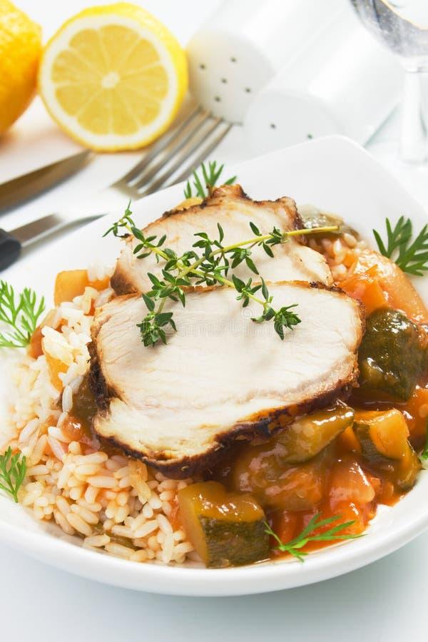 Carne arrostita del porco con riso e le verdure immagine stock
