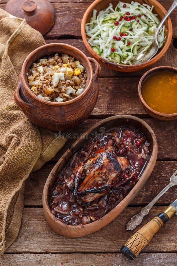 Carne arrostita di Hazel Grouse con il porridge del buckweat e la salsa di mirtillo rosso immagine stock