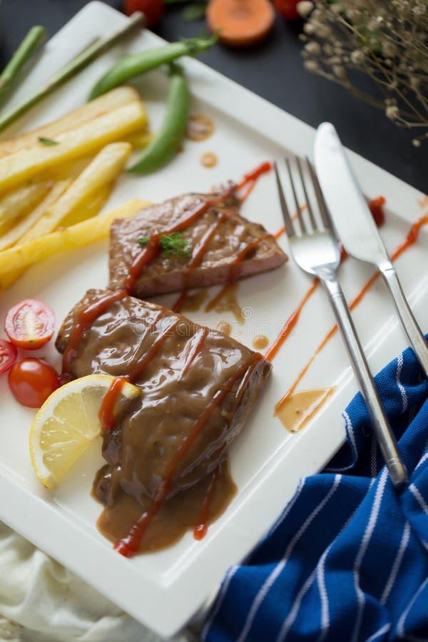 Carne arrostita fresca Bistecca di manzo arrostita sul francese bianco fri del piatto fotografia stock