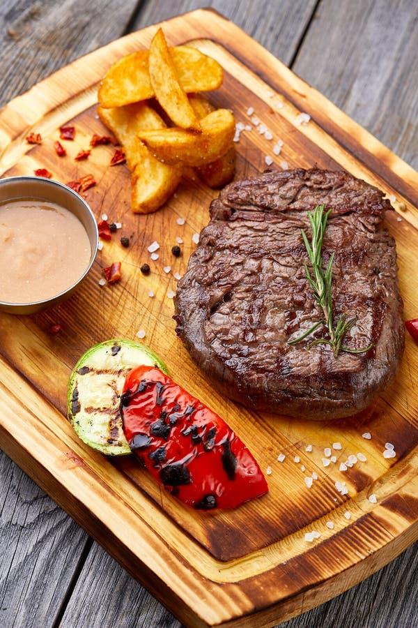 Carne arrostita fresca Raro medio arrostito della bistecca di manzo sul tagliere di legno Vista superiore immagine stock
