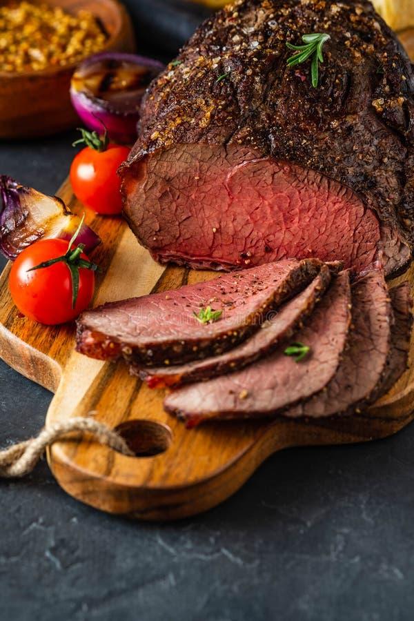 Carne arrostita fresca Raro medio arrostito della bistecca di manzo sul tagliere di legno fotografia stock