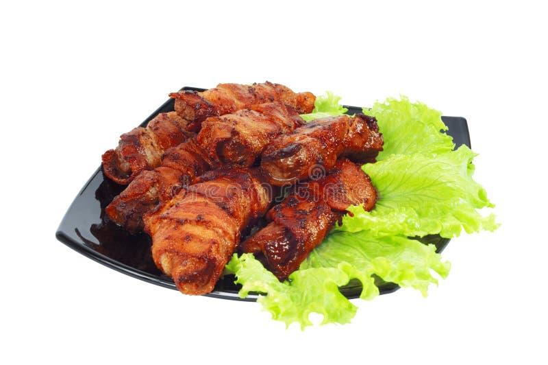 Carne arrostita, spostata in pancetta affumicata sul piatto fotografia stock
