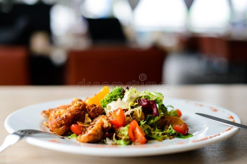 Carne arrostita succosa deliziosa con le spezie ed il pomodoro in una p bianca immagine stock libera da diritti