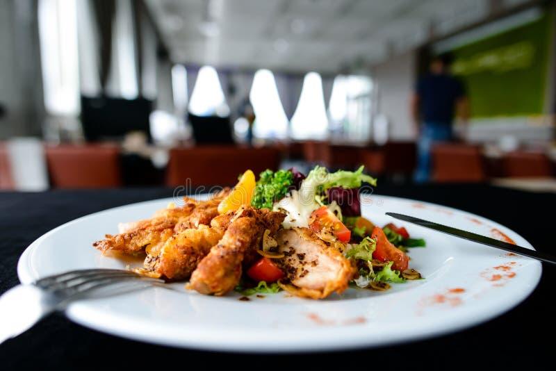 Carne arrostita succosa deliziosa con le spezie ed il pomodoro in una p bianca fotografie stock