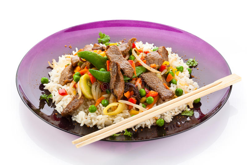 Carne, arroz blanco y verduras asados imagen de archivo libre de regalías