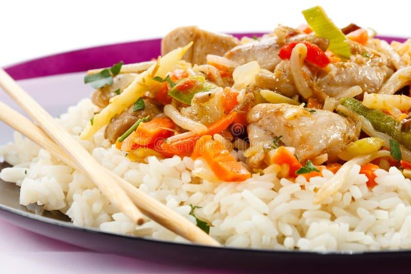 Carne, arroz blanco y verduras asados imagenes de archivo