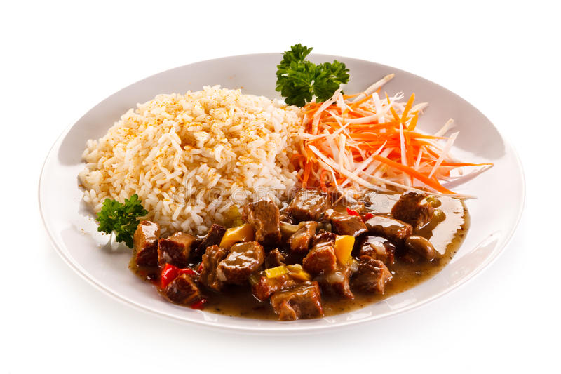 Carne, arroz blanco y verduras asados imágenes de archivo libres de regalías