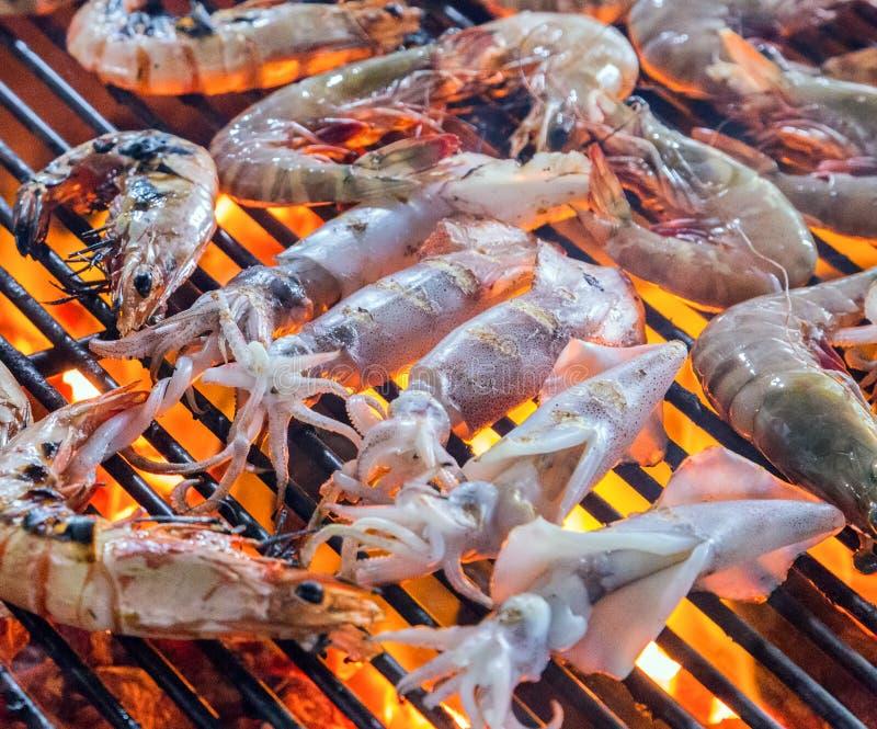 Carne asada del calamar en el Bbq de la comida de la calle imágenes de archivo libres de regalías