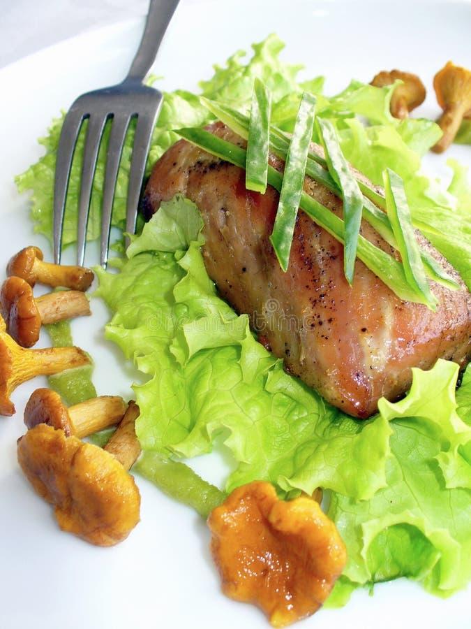 Carne asada a la parilla con la ensalada y las setas imagen de archivo