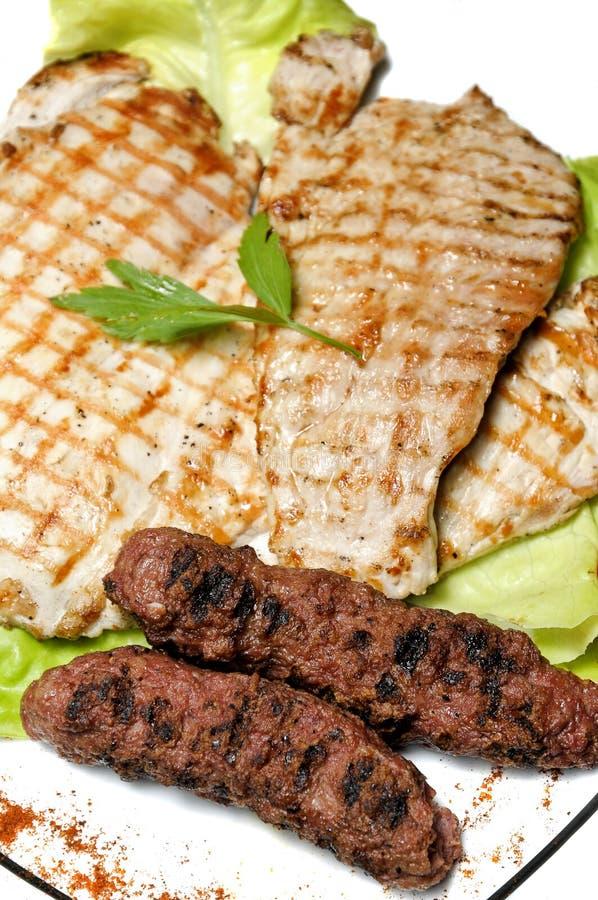 Carne asada a la parilla rumana tradicional foto de archivo