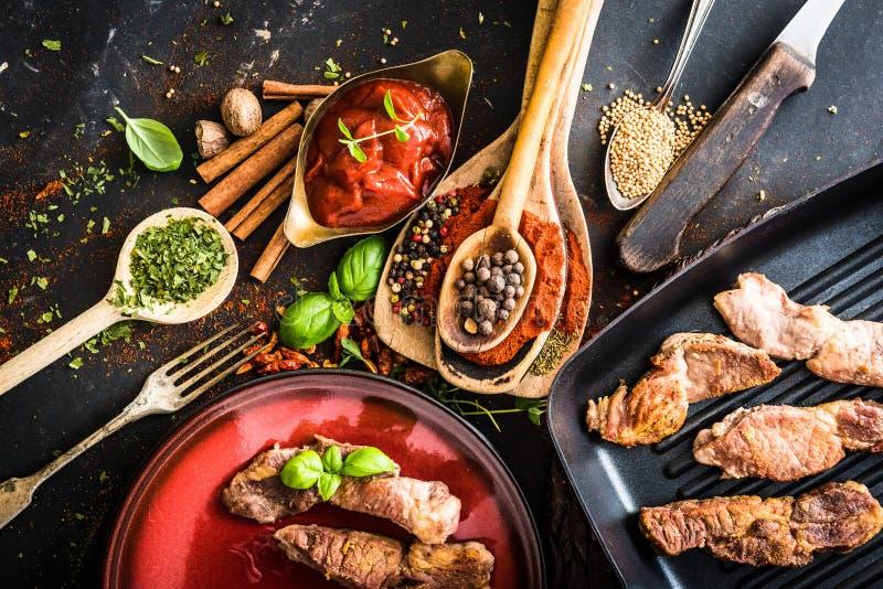 Carne asada a la parrilla con la salsa y las especias de tomate fotos de archivo