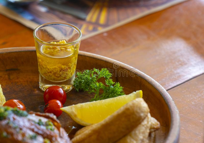 Carne asada a la parrilla del pollo con arroz frito, Fried Banana, la fruta cítrica y y foto de archivo libre de regalías