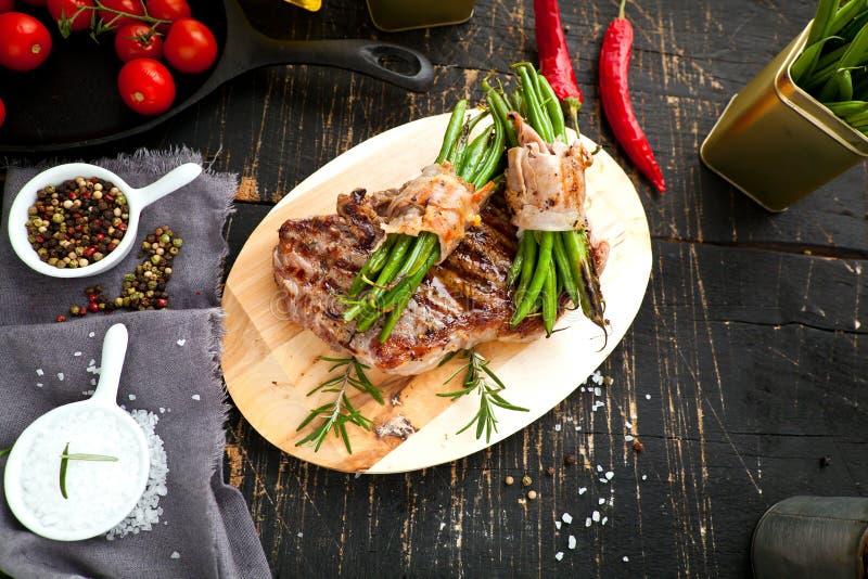 Carne asada a la parrilla fresca Hecho asado a la parrilla del filete de carne de vaca en tabla de cortar de madera Visión superi foto de archivo