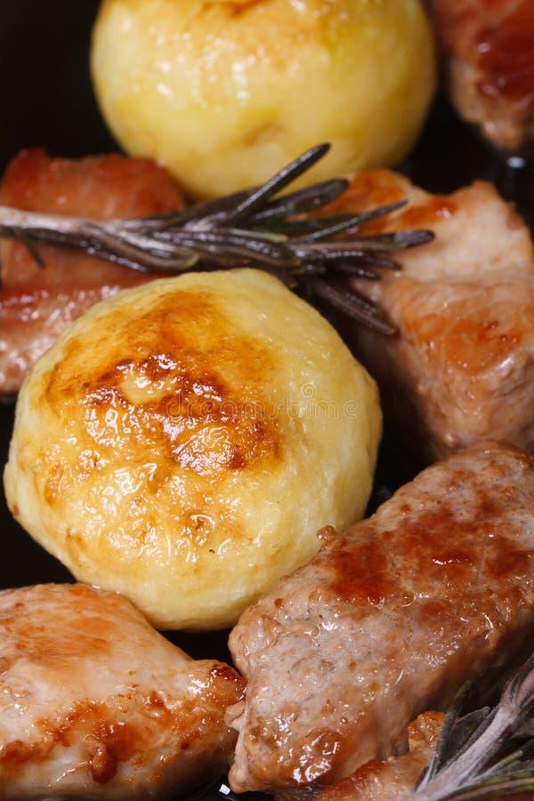 Carne asada a la parrilla y primer de las nuevas patatas fotografía de archivo libre de regalías