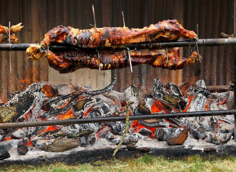 Carne asada tradicional del cerdo en el pueblo Fayre de Hawkesbury Upton en el Cotswolds imágenes de archivo libres de regalías