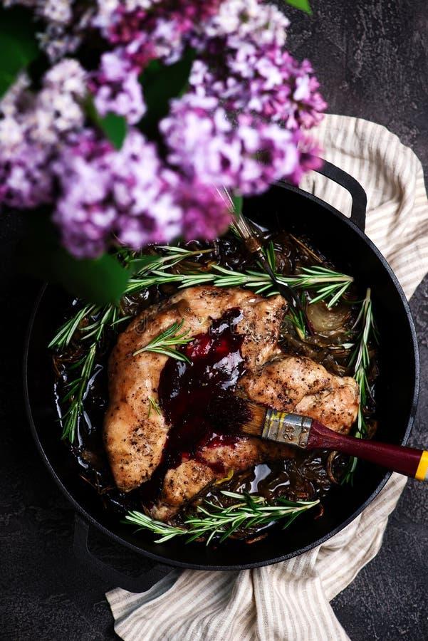 Carne asada Turquía con el esmalte balsámico del arándano Estilo rústico fotos de archivo libres de regalías