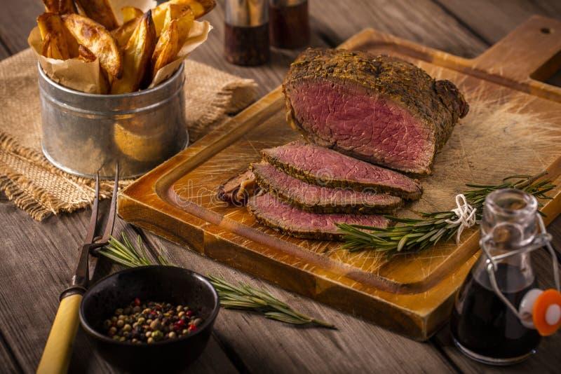 Carne assada com as microplaquetas rústicas imagens de stock royalty free