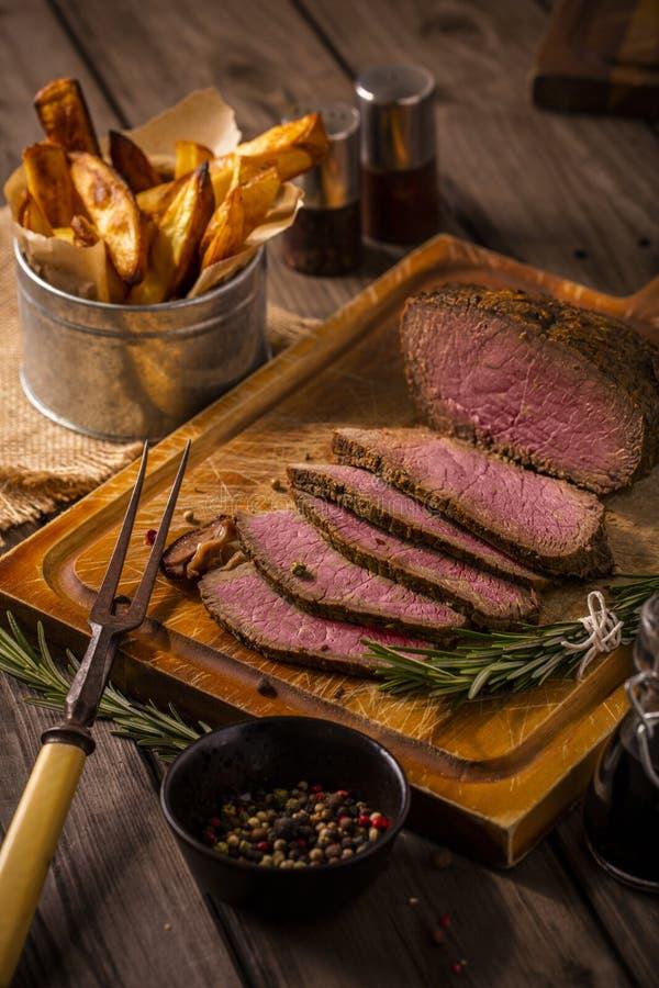 Carne assada com as microplaquetas rústicas imagem de stock