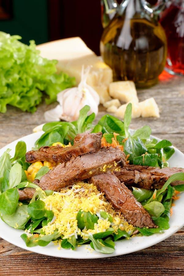 Carne assada com salada da rúcula e da alface imagens de stock