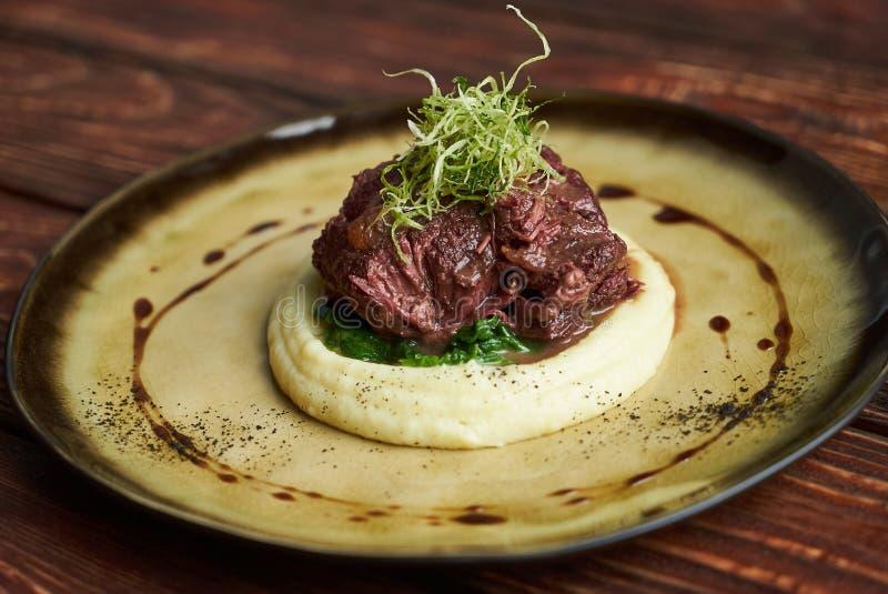 Carne assada com vinho tinto, close-up puree foto de stock