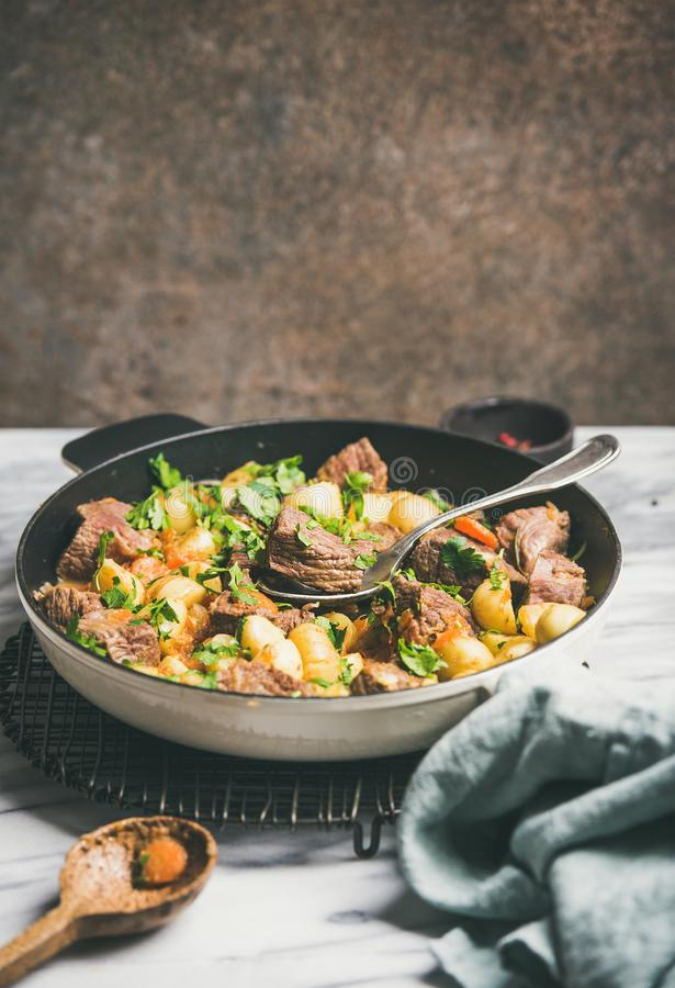 Carne assada da carne com batata e cenoura, espaço da cópia fotografia de stock royalty free