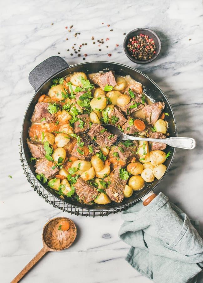 Carne assada da carne com batata e cenoura na bandeja foto de stock royalty free