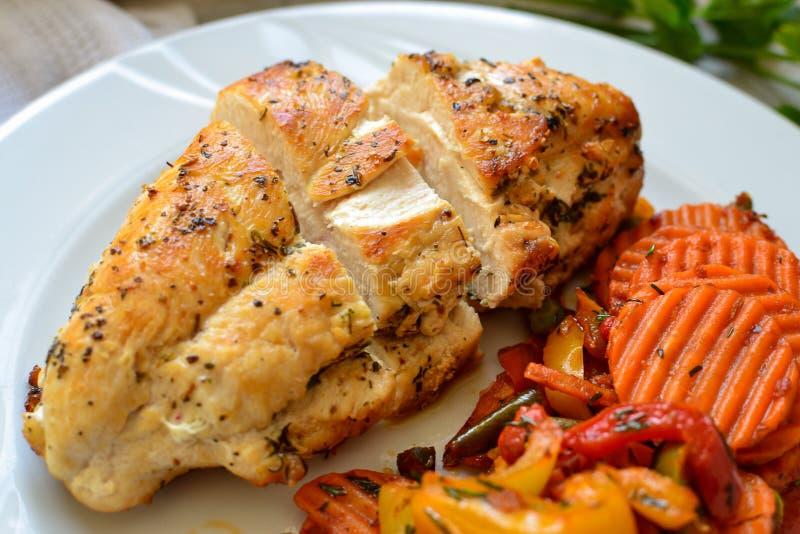 Carne assada de frango com legumes Fundo claro Fechar Pó de carne Alimentos em placa branca Almoço saudável foto de stock