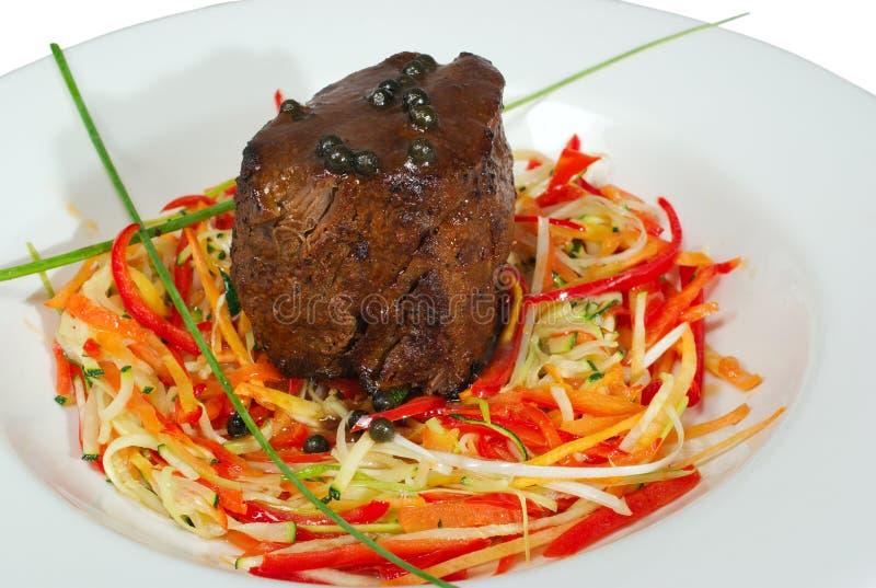 Carne assada e vegetais isolados fotos de stock royalty free