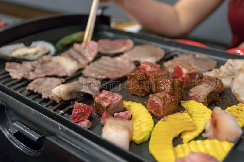 Carne assada no estilo coreano com os restaurantes laterais dos vegetais n foto de stock royalty free