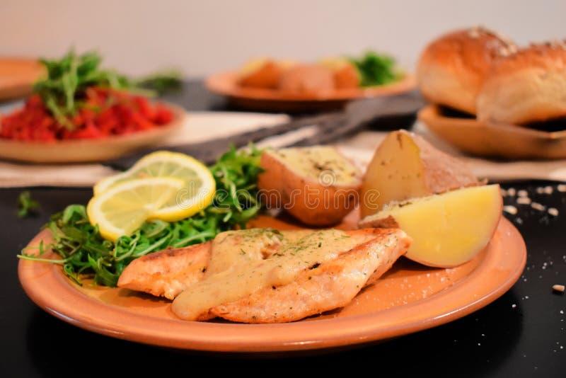 Carne bianca del pollo con formaggio e la verdura fotografia stock