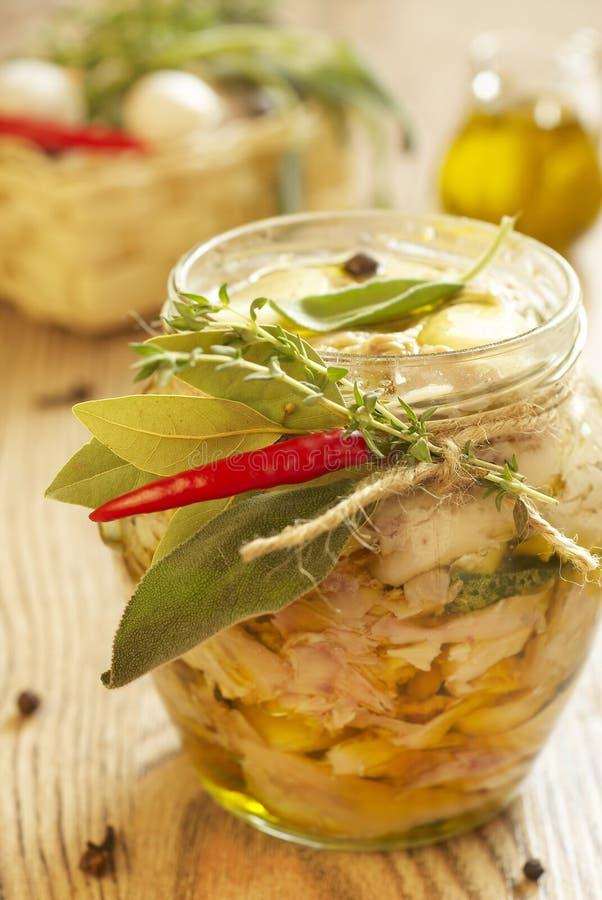 Carne bollita del coniglio con aglio, petrolio e le erbe fotografia stock