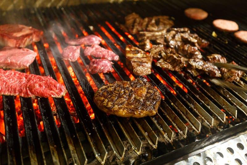 A carne, carne, fritou na grade barbecue fotografia de stock royalty free
