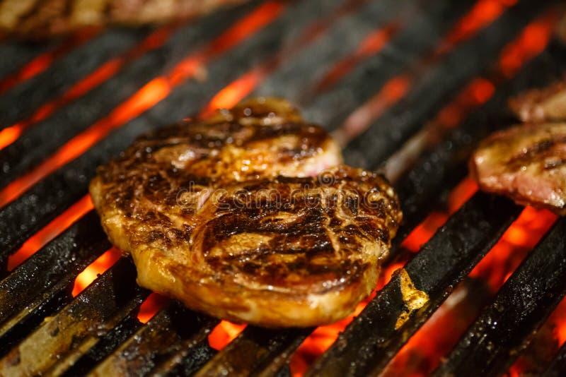 A carne, carne, fritou na grade barbecue fotos de stock royalty free
