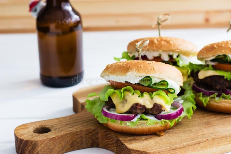 Carne caseiro dos hamburgueres fotografia de stock royalty free