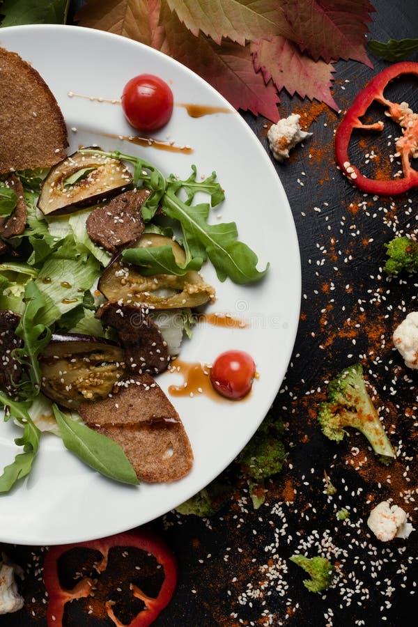 Carne cocida con la comida sana asada a la parrilla de las verduras imágenes de archivo libres de regalías
