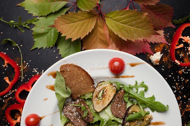 Carne cocida con la comida sana asada a la parrilla de las verduras fotos de archivo libres de regalías